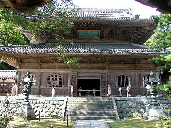 上写真:仏殿。永平寺の本尊が ...